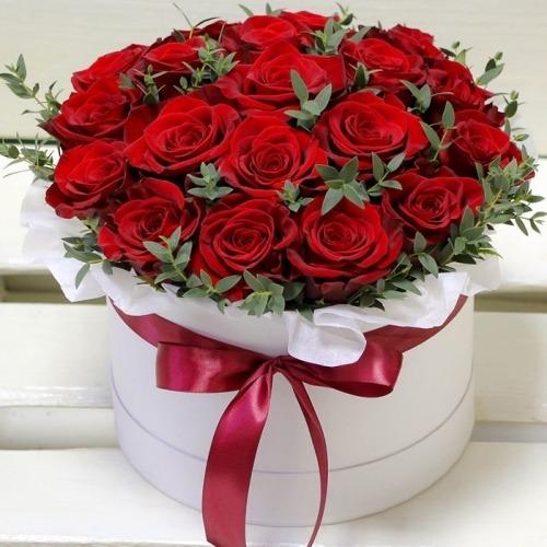 Красивую композицию из роз в шляпной коробке можно подарить на свадьбу, День рождения или приурочить подарок к любому торжеству.