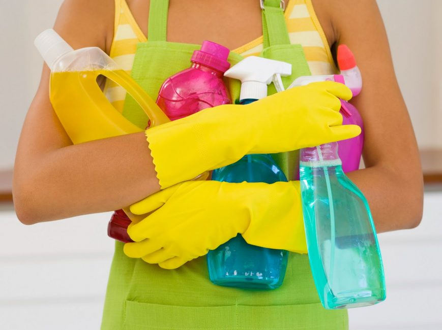Пользуйтесь резиновыми перчатки при уборке моющими средствами