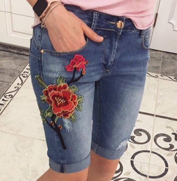 А с начала 2018 года в моду вошли брюки с разнообразными горизонтальными кружевными заплатками на швах и во всю длину ног.