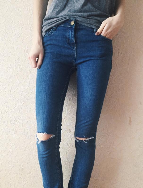 Данные джинсы помогают увидеть некоторые желательные и нежелательные части женского тела.