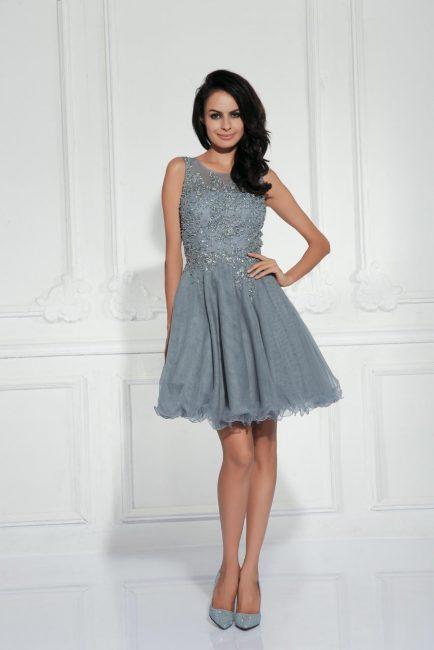 Серое коктейльное платье, украшенное бисером