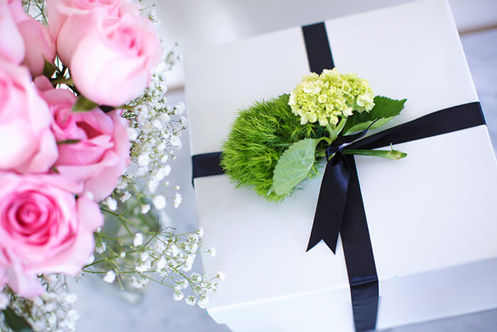 Фото готовой композиции с живыми цветами – идеальный подарок для любимой женщины, сестры или мамы.