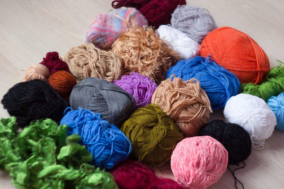 Пряжа может отличаться не только по цвету, но и по толщине нити и даже ее форме