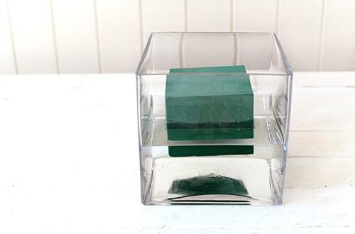 Пену на несколько минут нужно оставить в емкости с водой, чтобы она напиталась влагой и погрузилась на дно.