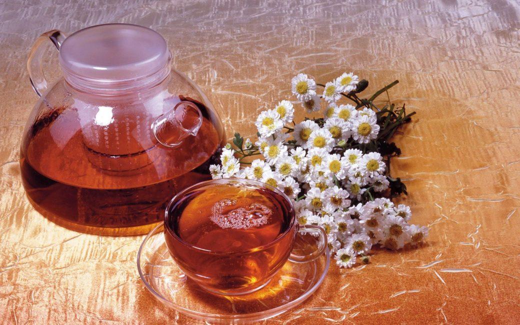 Обычный чай с ромашкой поможет уменьшить боли в груди и животе