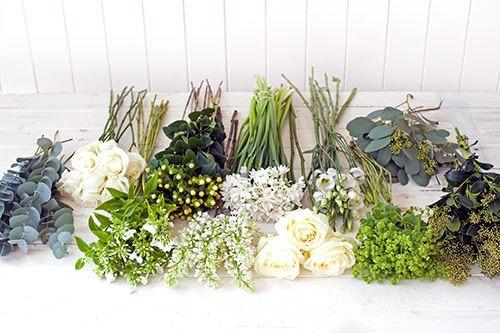 На фото цветы разложены по видам, стебли подрезаны на одинаковую длину.