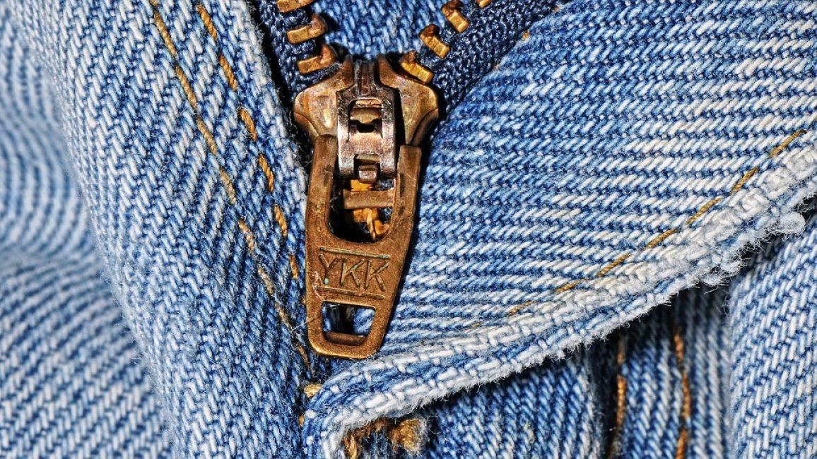 В большинстве случаев брюки такого типа имеют отвороты на щиколотках и лохматые края. Они идеально сочетаются с разнообразными мужскими рубашками и майками.