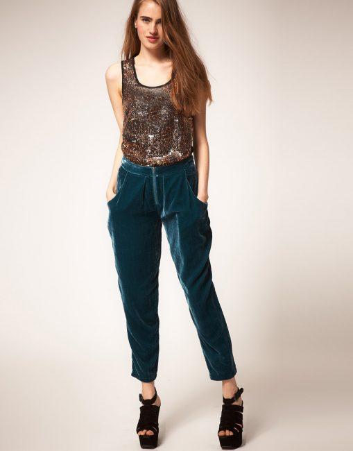 Очень эффектно на теле выглядят штаны из бархата ярких расцветок