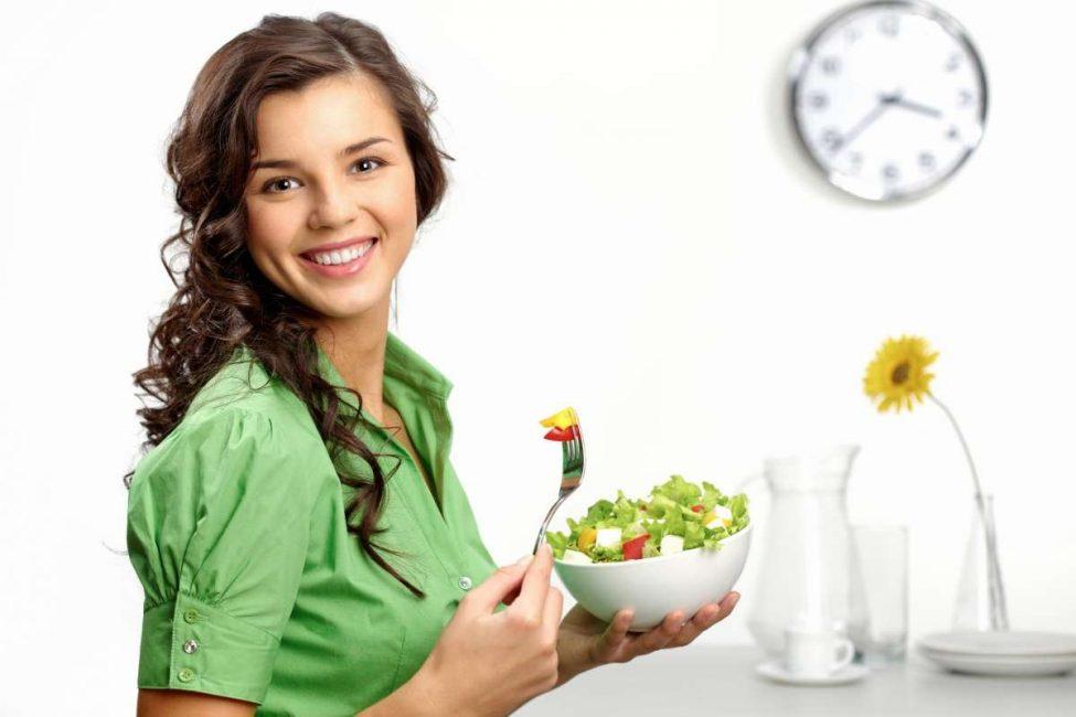Употребление овощных салатов стабилизирует работу кишечника, который зачастую приводит к запорам во время критических дней