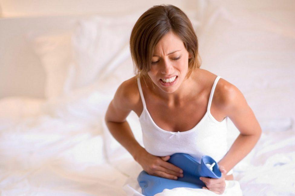 Грелка с холодной водой на животе только увеличит боли вследствие воспалительного процесса