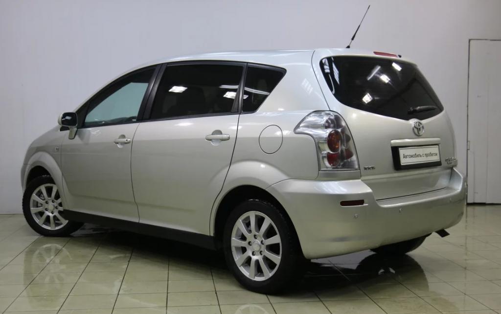 Toyota Corolla Verso второго поколения