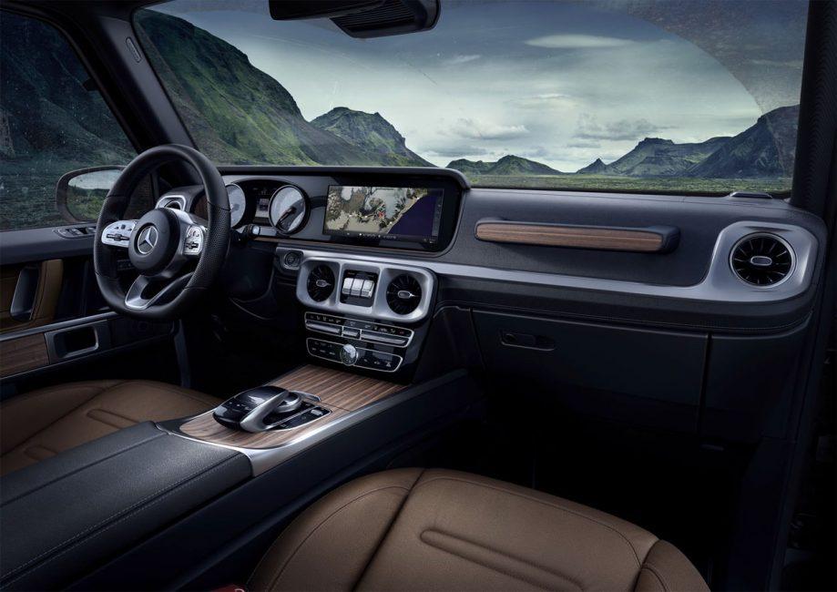На этом фото хорошо видна центральная консоль нового Mercedes-Benz G-Class