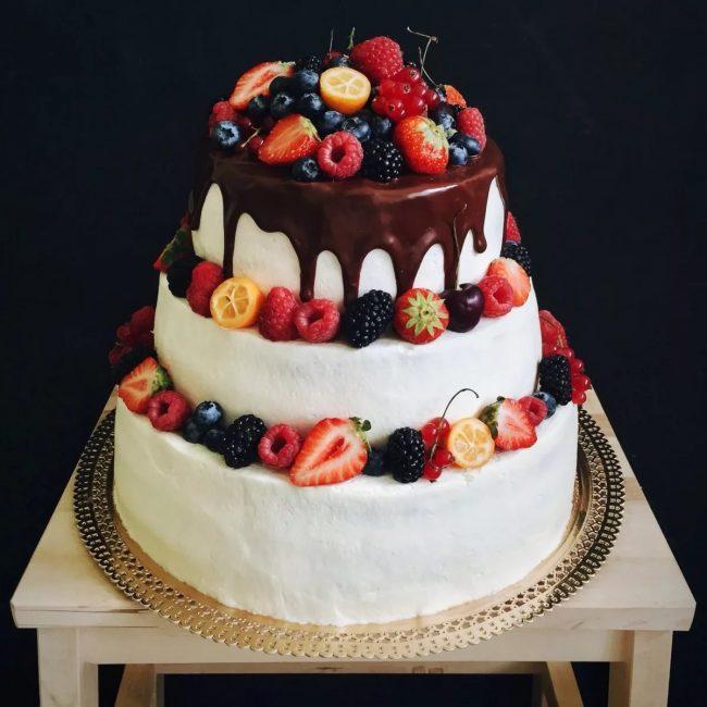 Торт без мастики, политый шоколадом, с фруктами и ягодами