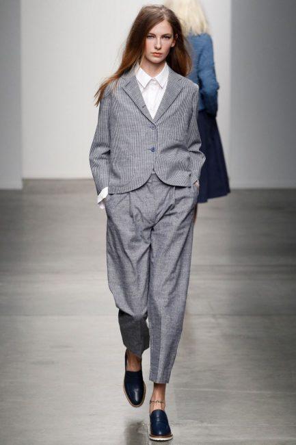 Модный серый брючный костюм