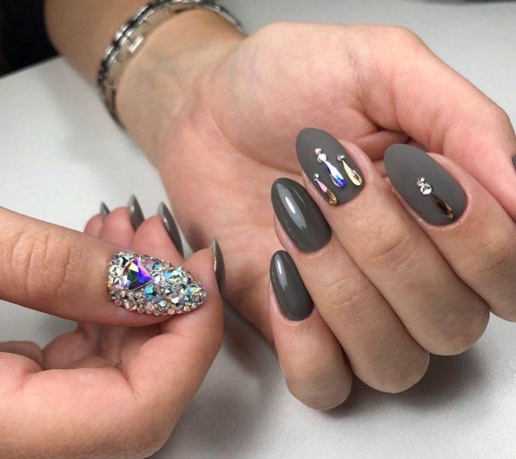 Инкрустация ногтей камнями