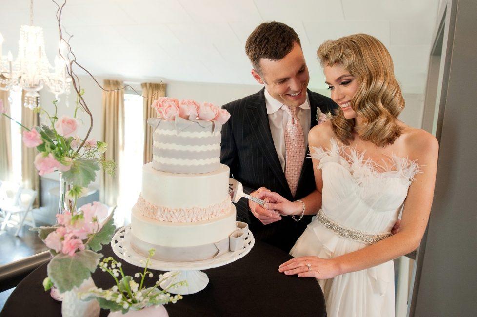 Свадебное фото с тортом