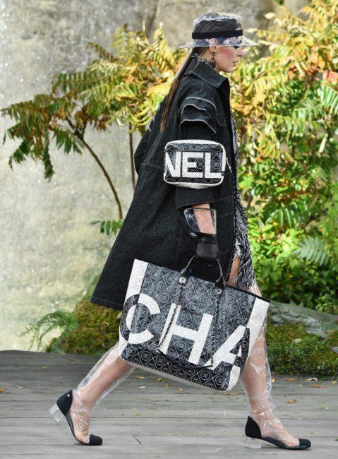 Сумка от Chanel с логотипом