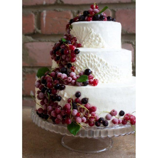 Свадебный торт без мастики, украшенный виноградом