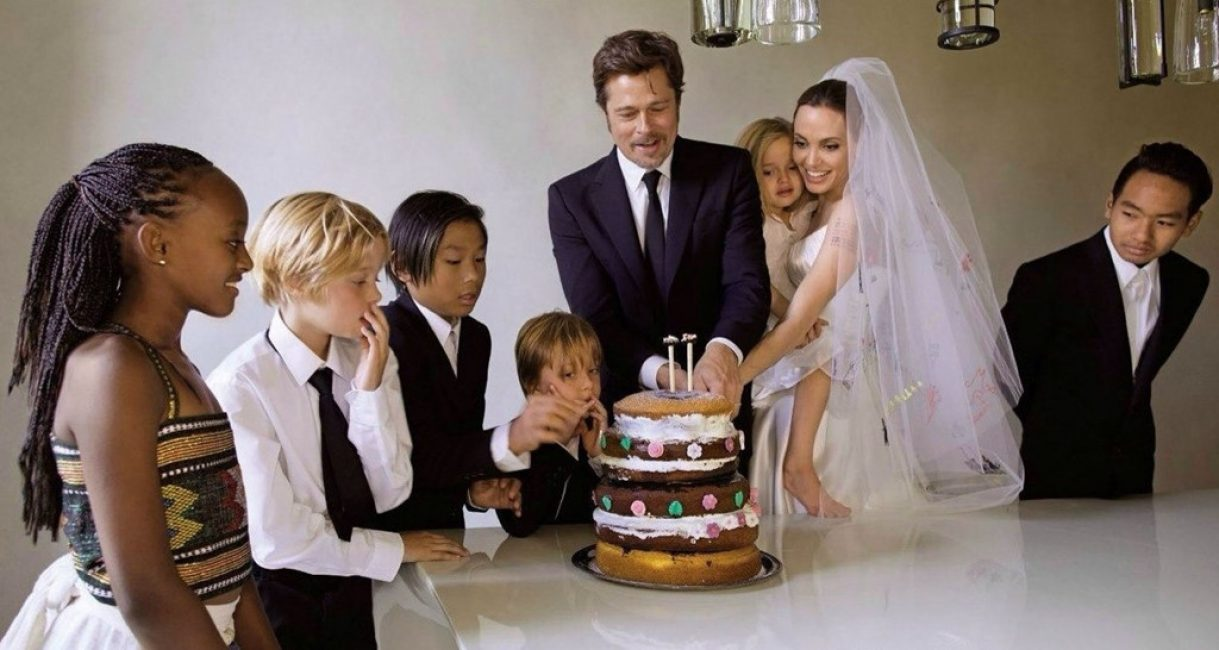 Если торжество проходит в узком кругу, то можно взять пример с торта на свадьбе Анджелины Джоли и Брэда Питта
