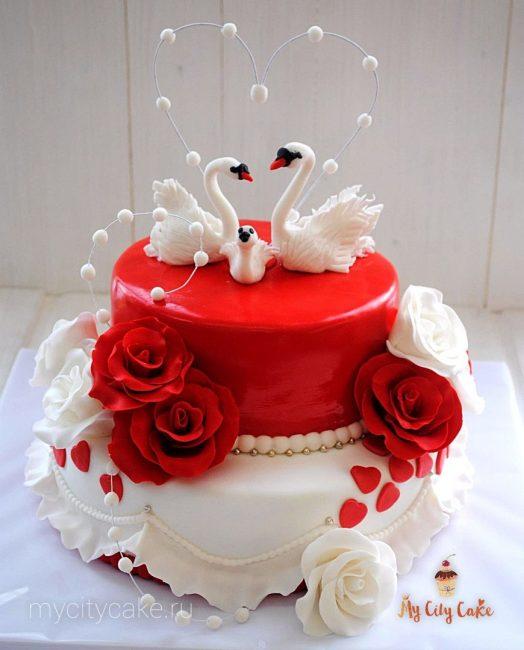 Свадебный торт с цветами и лебедями