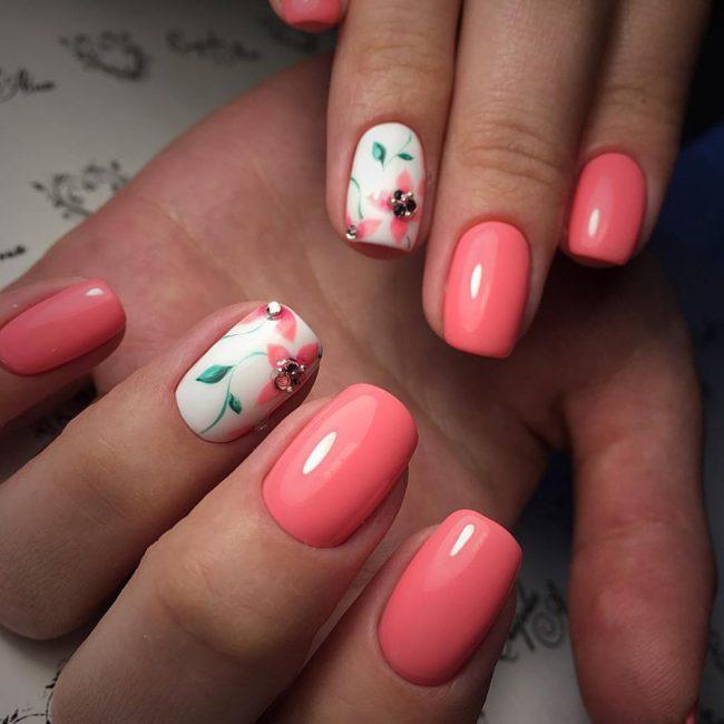 Красный цветочный принт на одном ногте