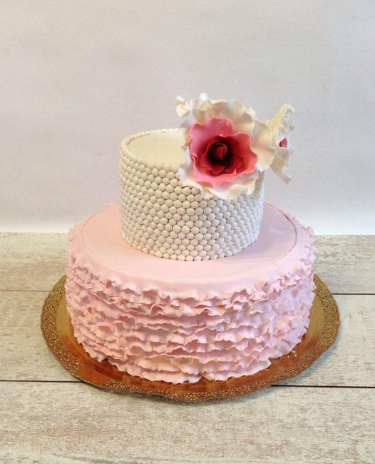 Свадебный торт с рюшами и съедобными бусинами