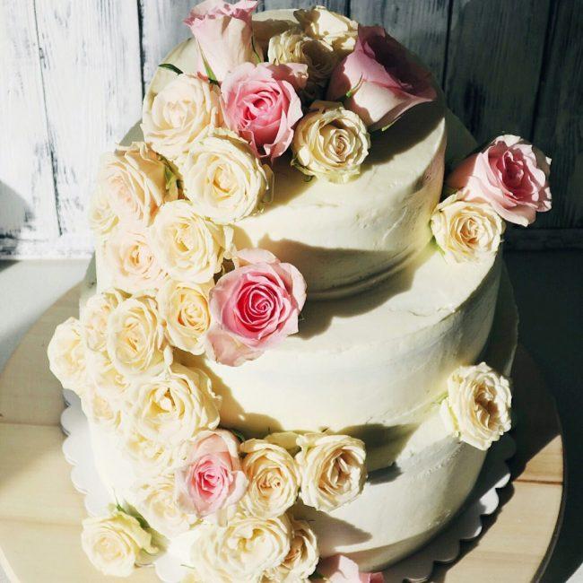 Свадебный торт с натуральными цветами