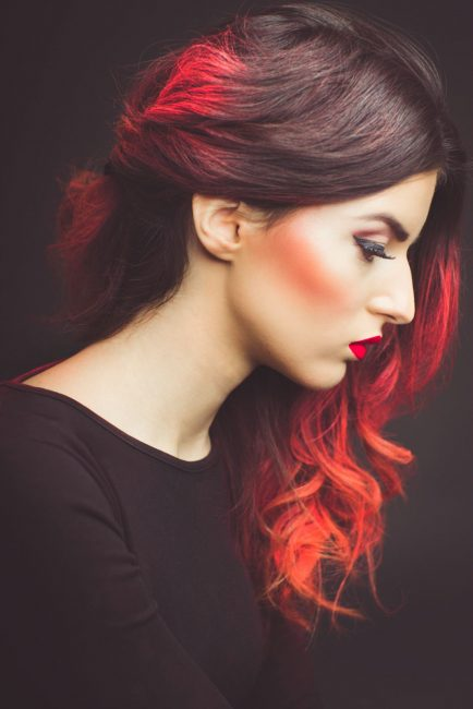 Пример омбре для тёмных волос с популярным в 2018 году красным оттенком