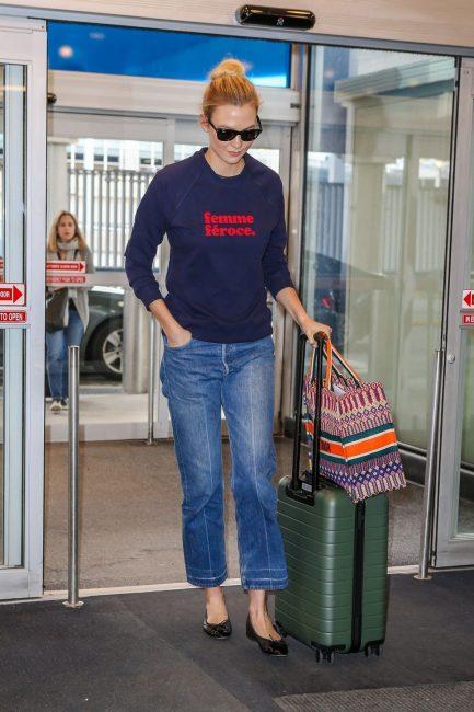 Модель Карли Клосс с сумкой от Dior в аэропорту
