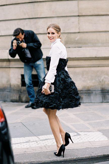 Сочетание черного платья с белой рубашкой