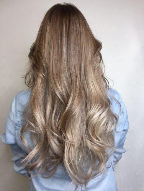Один из вариантов сомбре на светлых волосах для деловой женщины