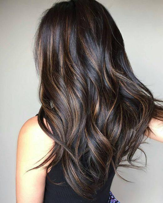 Пример окрашивания шатуш на тёмных, вьющихся волосах