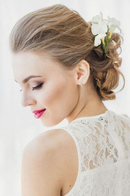 Женственный пучок с цветами