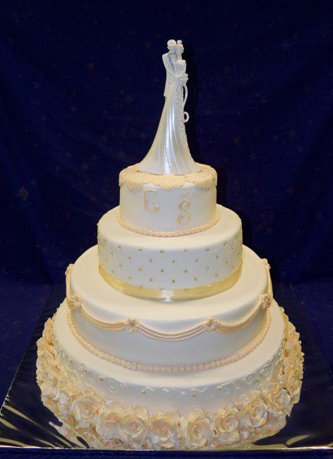 Белый свадебный торт с украшениями