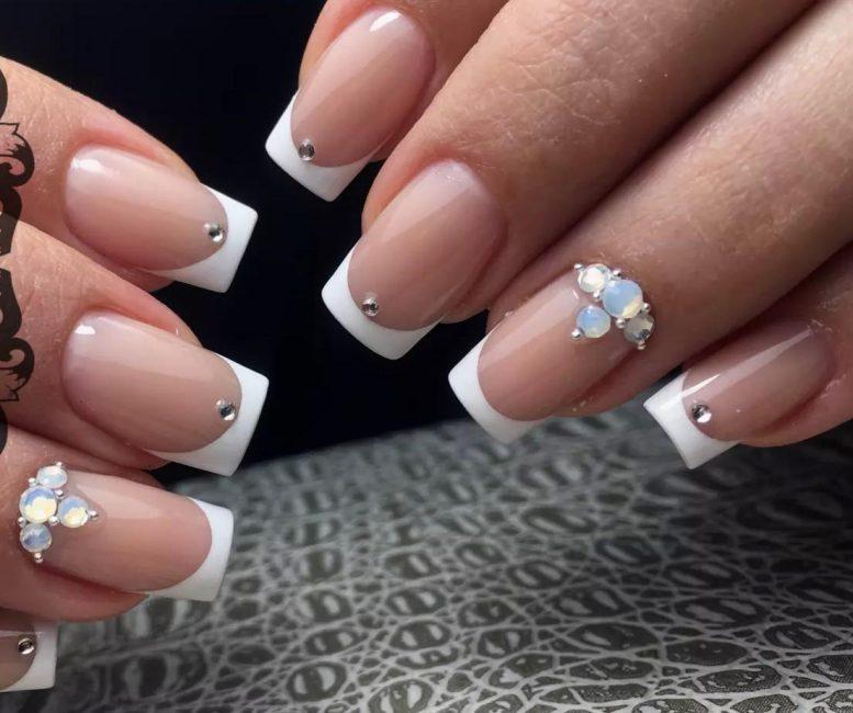 Модная форма ногтей с выполнением свадебного маникюра