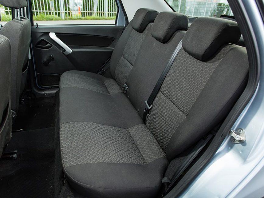Задний диван франко-японского седана