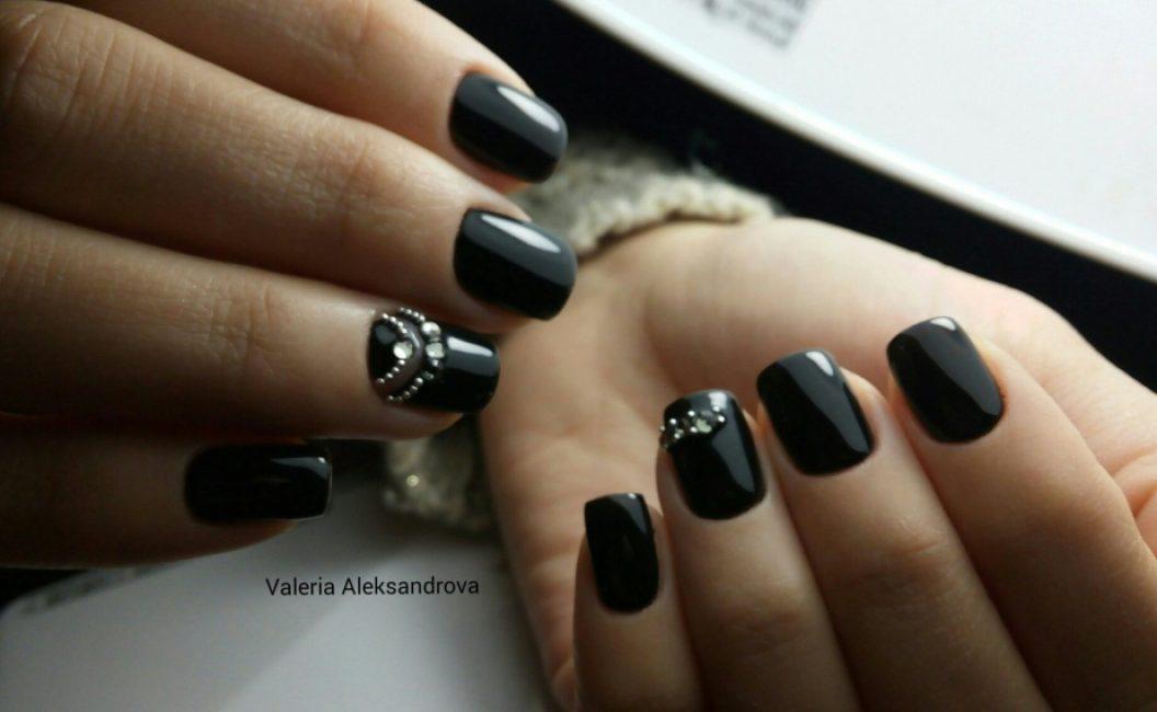 Черный маникюр на ногтях квадратной формы