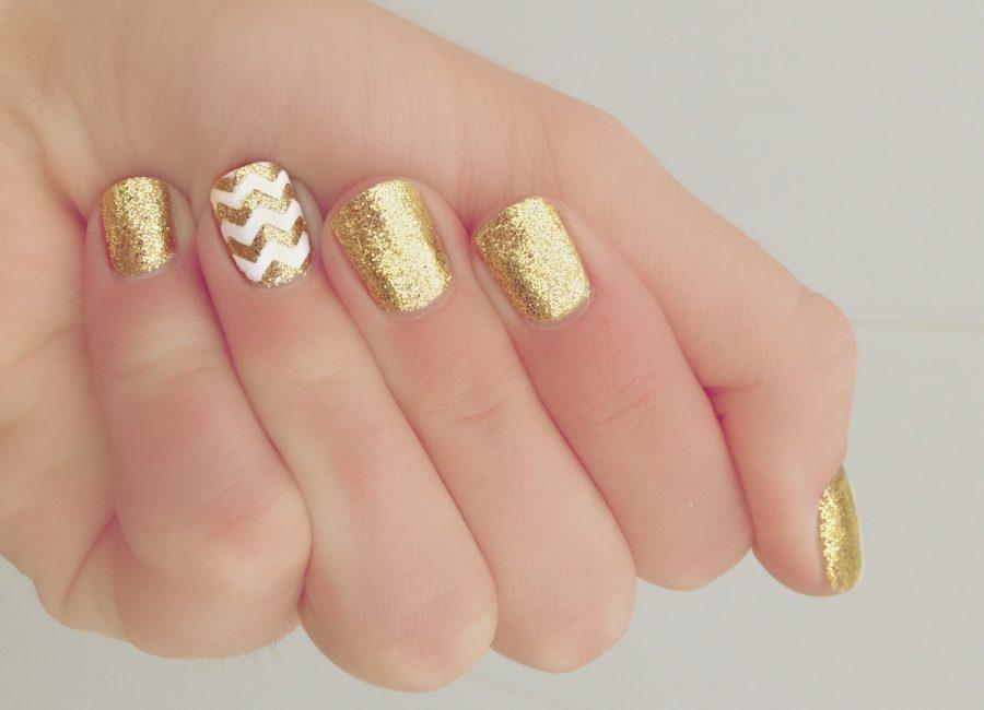 Золотой маникюр на коротких ногтях