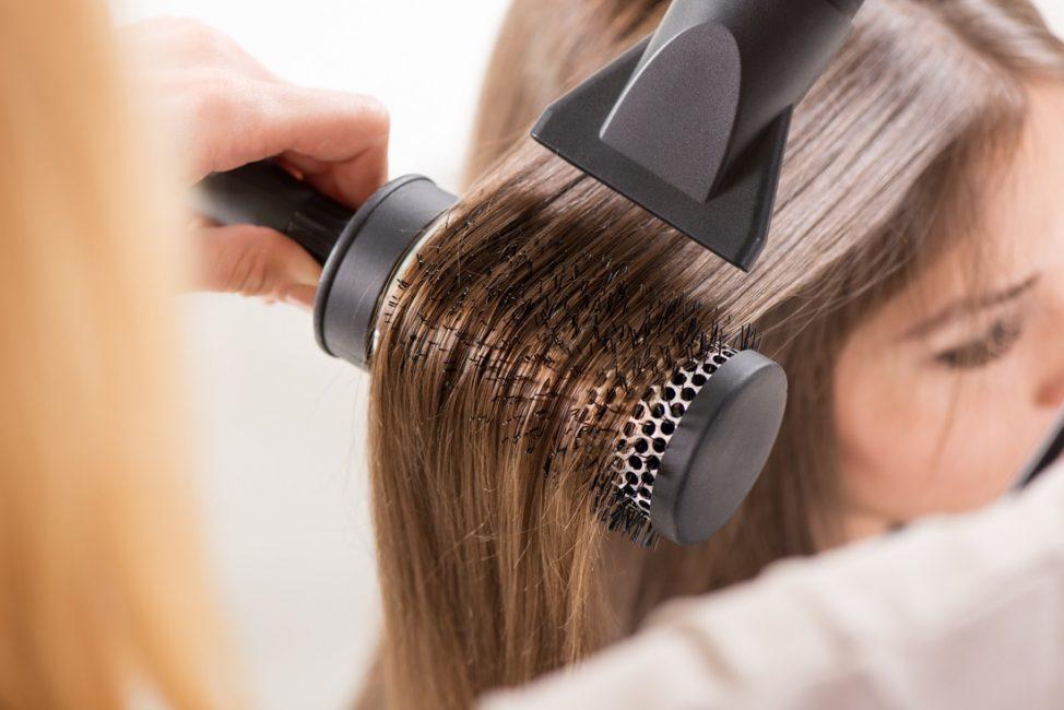 Вытягивание волос щеткой с феном