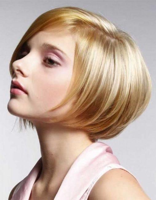 Короткий боб на светлых волосах