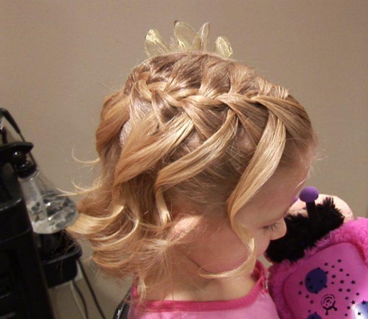 С виду сложная прическа выполняется легко теми, кто умеет плести обычные косы
