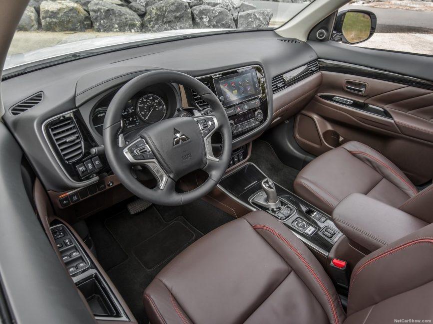 Двухцветный интерьер Mitsubishi Outlander