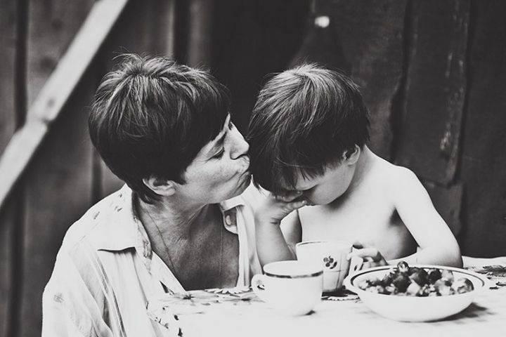 Женщина, успокаивающая ревущего мальчика