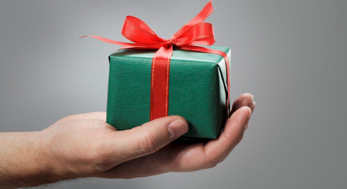 Подарок от бывшего во сне предвещает лицемерие и неверность нового партнера