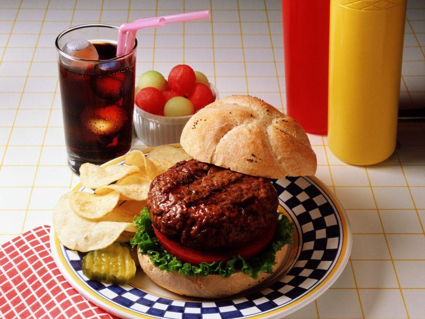 Следует отказаться от фаст-фуда и других вредных продуктов питания