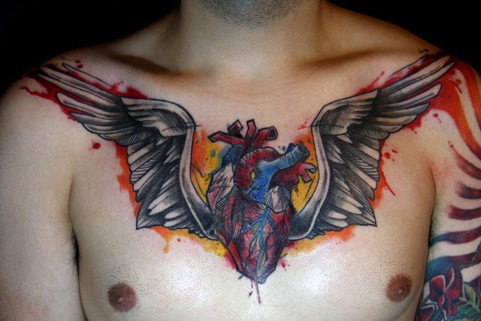 Татуировка крылатое сердце на мужской груди