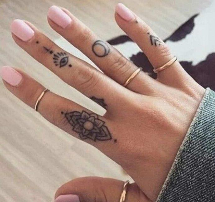 Женские татуировки на пальцах