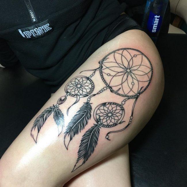 Изображение цветка в центре тату на теле девушки – это символ непорочности и целомудрия, а также готовности к страстной любви