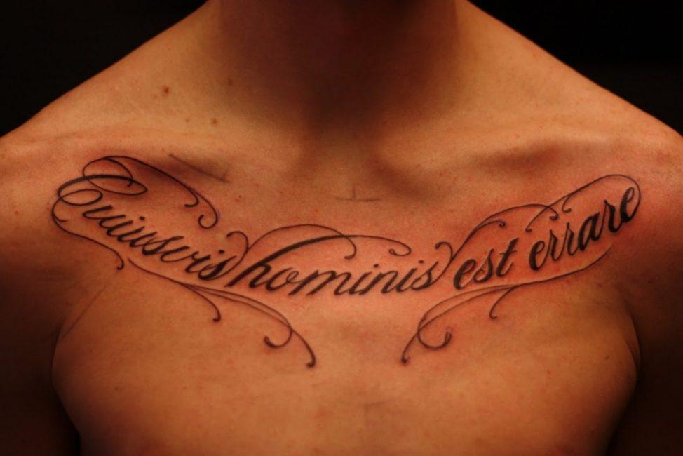 Фраза на латыни в области ключиц у мужчины