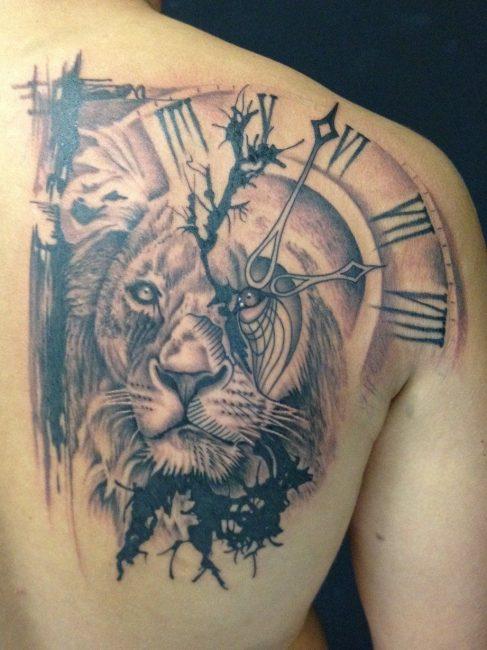 Часы со львом